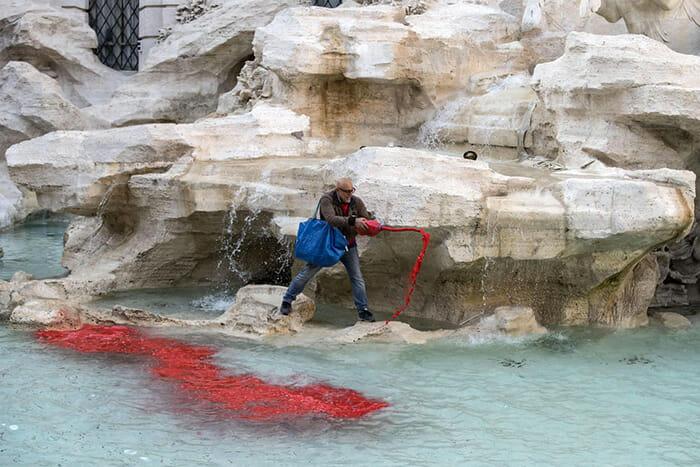 fontaine de trevi rouge rome