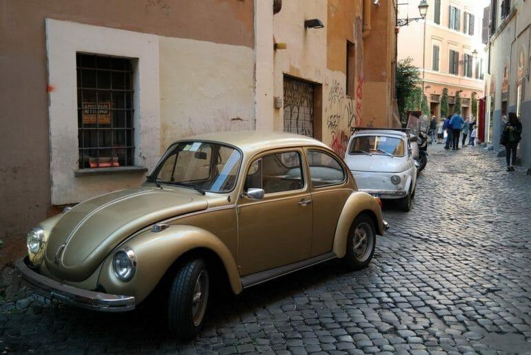 visiter le trastevere rome ruelle voiture